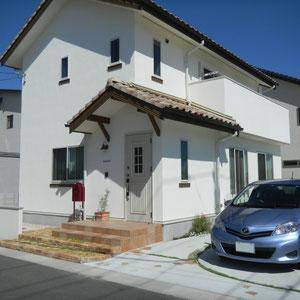 『シンプル+ナチュラル』な家をエクステリアのデザインで引き立てます。お客様の植えられた草花が育ってくることで、さらに素敵な家になることでしょう。                                                                            岡山市東区N様邸 エクステリア フラワーチルドレン
