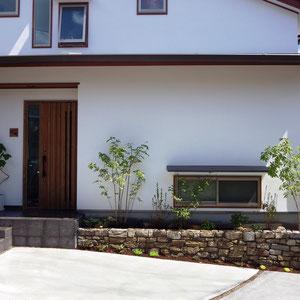 アオダモ、ナツハゼ、山ツツジ等の根締めにはギボウシ、シャリンバイやスナゴケ。小さな景石も配置しました。夜になるとスポットライトが植物と外壁を照らし出します。                                                                        笠岡市 A様邸 フラワーチルドレン エクステリア