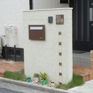 地元の備前焼で作った表札を生かした門壁を設置するために既存レンガをはがし、そのレンガを使って駐車場から道路へ降りずにそのまま玄関へアクセスできるよう段差を解消しました。                                                                    岡山市北区S様邸 エクステリア フラワーチルドレン