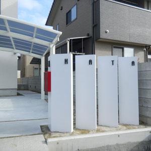 用水沿いの擁壁に対して斜め30度に振った門塀を分離して立て、それぞれに表札を分けてつけました。書体もデザインコンセプトに合ったものを慎重に選びました。エクステリアでよく使う塗料はあえて使わず、ポリウレタン樹脂塗装を採用し、門塀の質感にもこだわりました。                                                           倉敷市中島 H様邸 エクステリア フラワーチルドレン