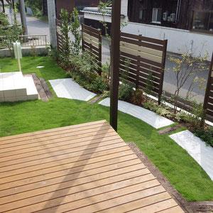 天然木(ヒノキ)で作ったウッドデッキは自然素材の木材保護剤のプラネットカラーで着色しています。                                                      倉敷市船穂町 O様邸 ガーデン フラワーチルドレン
