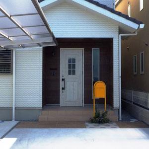 玄関の木目調サイディングとの統一感で玄関周りの舗装材は木目模様がある磁器タイルを選んでいます。色は明るめにしました。                                                       岡山市北区 S様邸 エクステリア フラワーチルドレン