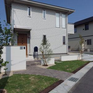ガレージを横に外し、建物正面には前庭を作りました。変形敷地の特徴を活かしたプランになっています。高さの違う3枚の壁はお庭にリズム的な要素を出す為と、2通りのアプローチを作る為。側溝に沿った枕木は敷地の広がりを見せる為です。                                                                                                                   岡山市北区 F様邸 エクステリア フラワーチルドレン