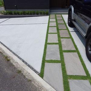 自然石を飛び石調に敷き、目地に芝生を貼りました。コンクリートと自然石を緑で優しくつなぎます。                                                                   岡山市北区 S様邸 フラワーチルドレン エクステリア