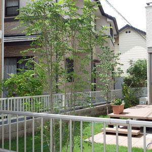 お庭の方はデッキと芝生と植栽です。 日陰づくりに、目隠しに、中・高木の植栽が役立ちます。                                                                                                                                                                                        倉敷市白楽町 K様邸 フラワーチルドレン エクステリア