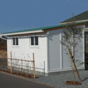手先の器用なご主人のために、板金作業にひたれるちょっとした6畳の小屋を作りました。土間コンクリート打ちの床に、智久木材さん開発の耐震性木製パネル『森の力』が立ち上がり、屋外のみプラネット自然塗料を塗りました。ガルバニューム屋根は、家の屋根と背景に広がる山々の緑に溶け込みやすい色を選んでいます。                                                                                 岡山市北区 O様邸 フラワーチルドレン  エクステリア