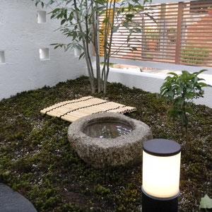 施主様が持たれていた年代物の手水鉢です。竹の簀子には柄杓が置かれます。グランドカバーはスギゴケが敷きつめられています。略式ですが蹲のあるお庭を見て、日本古来からの作法を思い起こすことができますね。  岡山市北区O様邸 エクステリア フラワーチルドレン