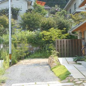 趣のある既存の石積みと緑が借景となり、こぼれ種として飛んできた草花さえ快く受け入れられる雰囲気を求めました。オリジナルアイアンオブジェに絡ませたガーデンライトは、自由に持ち運びができます。                                                                                                                                      岡山市中区 I様邸 エクステリア フラワーチルドレン