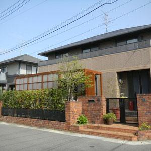 築10年のお宅のリフォーム工事でしたが、建物外観の直線的なデザインともマッチしています。街並みの景観を保つことも大切ですね。                         岡山市中区U様邸 ガーデン フラワーチルドレン