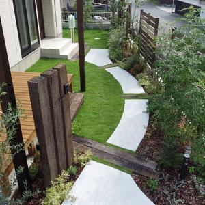 お庭を眺めながら歩くアプローチを曲線にしたことで緩やかな時間を感じることができます。                                                                                                                                                                                            倉敷市船穂町 O様邸 ガーデン フラワーチルドレン