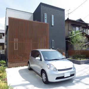 駐車スペースの周囲を植栽スペースで囲み、緑の多い空間にしています。                                                                                     岡山市南区 J様邸 エクステリア フラワーチルドレン