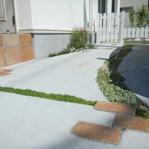 駐車スペースからお庭のスペースへのアプローチ。玄関周りと駐車スペースはオープンスタイルですが、小さなお子さまが遊ぶお庭は、高さの低いフェンスとプリベットの生垣で仕切りました。                                                                                                                        岡山市東区N様邸 エクステリア フラワーチルドレン