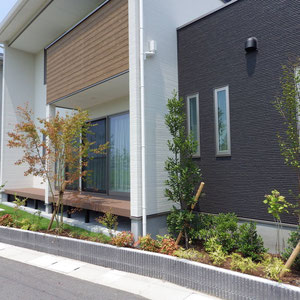 少しのスペースがございましたらなるべく緑を取り入れてみてください。外からの見た目も、部屋内からの眺めも格段と良くなります。                                                          岡山市北区 S様邸 フラワーチルドレン エクステリア