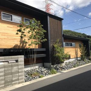 窓や格子の前に背丈のある自然樹形の樹木でアクセントに。砂利、石と無機質なイメージも植栽をすることによりナチュラルな仕上がりになります。