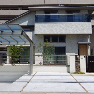 建築工事が始まる前に建築会社から提案されていた外構のゾーニングやデザインを再検討し、より使いやすく家が引き立つようにデザインし直しました。水平ラインの美しさと重厚感のある外観、質感のある外壁材が特徴の住宅なので外構においても水平ラインと門周りの重厚感に注意してデザインしています。                            岡山市北区 T様邸 フラワーチルドレン エクステリア