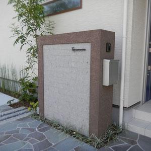 門塀に貼ってあるのは『芦野石』の貼り材です。無彩色の淡いグレーが落ち着いた雰囲気を出します。縁取りに使われているのはベルアートという塗料のトラバーチン仕上げです。 サインはGARE Desighnさんの『パルテノン サイン』です。  岡山市南区T様邸 エクステリア フラワーチルドレン