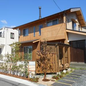 微かに赤みを帯びたベニカナメの生垣とハナミズキ『ジュニア・ミス』の銅葉が、温かみのある木造りの外観にしっくりきます。これからの時間にまかせたお庭づくりです。                         岡山市中区K様邸 ガーデン フラワーチルドレン