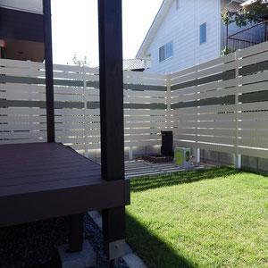 お庭はデッキと芝生スペースで構成。目隠しのフェンスには、単調にならないようにアクセント色を入れています。                                                                   岡山市中区 S様邸 ガーデン フラワーチルドレン