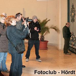 """Teilnehmer beim Fotokurs im März 2009 während des praktischen Teils. """"Innen-Aufnahmen"""""""