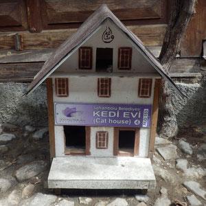 Overal in Safranbolu staan kattenhuisjes in de straten