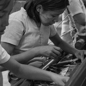 Myanmar people - Frauen in der Textilfabrik