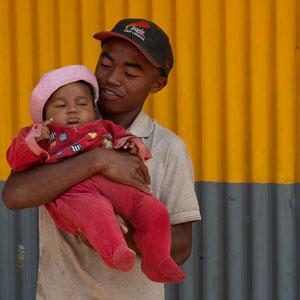 Vater mit Kind in Madagaskar