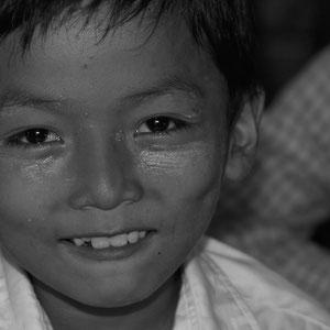 Myanmar people - Betteljunge