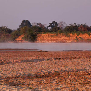 Madagaskar: Frühmorgens beim Zeltlager am Fluss Tsiribihina