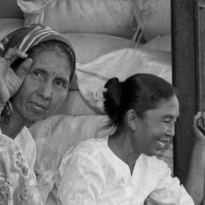 Myanmar people - Frauen unterwegs mit dem Zug