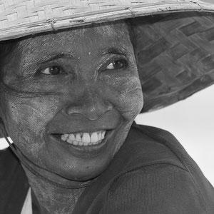 Myanmar people - junge Frau mit Thanaka-Paste als Sonnenschutz