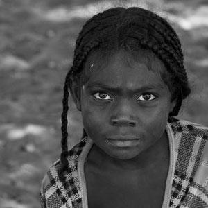 Mädchen in Madagaskar mit stechendem, ernsten Blick