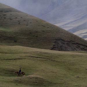 Azerbaijan - Er hat es gefunden und treibt sein verlorenes Schaf zurück zur Herde - Auf der Fahrt von Quba nach Xinaliq