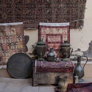 Azerbaijan - Teppiche und Kannen in den Gassen der Altstadt von Baku