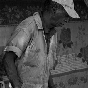 Ein fleissiger Mechaniker in seiner Autowerkstatt in Madagaskar