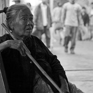 Myanmar people - Frau in einem Bahnhof