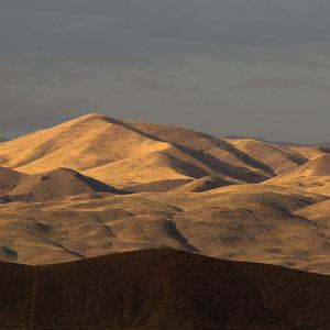 """Azerbaijan / Aserbaidschan - Nakhchivan Abendstimmung rund um den sagenumwobenen Schlangenberg """"Ilandag"""", den Noah angeblich einst mit seiner Arche streifte"""