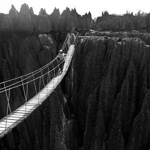 Madagaskar: Hängebrücke über eine tiefe Schlucht im Tsingy Nationalpark