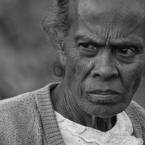 Myanmar people - finsterer Blick - Frau am Bahnhof