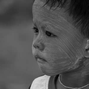 Myanmar people - kleines Kind mit Thanaka-Paste als Sonnenschutz
