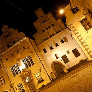 """Lettland - Eindrücke aus Riga - die mittelalterlichen Wohnhäuser """"Drei Brüder"""" bei Nacht"""