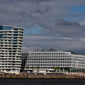 Hamburg - Der 55 Meter hohe Marco-Polo-Tower, daneben das Unilever-Haus