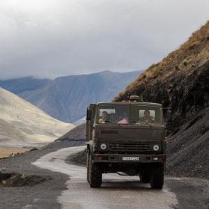 Azerbaijan - Laster mit freundlichen Insassen auf der Fahrt von Quba nach Xinaliq