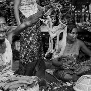 Myanmar people - ein fröhlicher Fischverkäufer zeigt stolz seine Fische