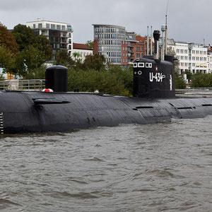 Hamburg - Das ehemalige russische Jagd- und Spionage-U-Boot am Hamburger Fischmarkt ist 90.16 Meter lang.