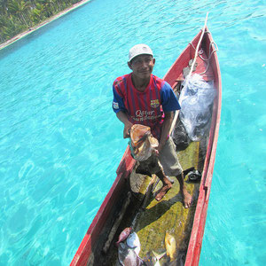 San blas locals arriving with fresh fish