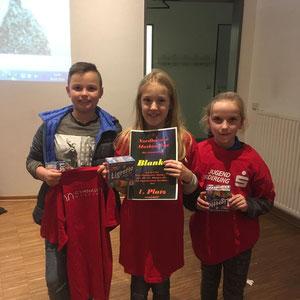 Die stolzen Sieger Raphael, Marit und Johanna mit Urkunde und Sachpreisen