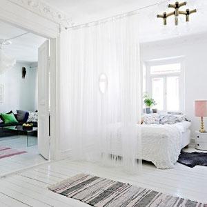 gefunden hier: http://deavita.com/wp-content/uploads/2013/11/Visuelle-Trennwand-durchsichtig-Weiß-Gardine-Schlafzimmer-Privatsphäre.jpeg