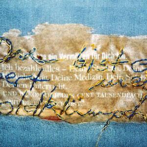 """Nadeschda, """"Goldklümpchen (Windspiel)"""" (2010), Freie Handstickerei mit Seide, Leinen und Baumwolle auf Seide-Fototransfer; handgefärbte Seide und Baumwolle, Eisen und Biotit (Detail)"""