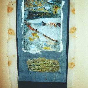 """Nadeschda, """"Goldklümpchen (Windspiel)"""" (2010), Freie Handstickerei mit Seide, Leinen und Baumwolle auf Seide-Fototransfer; handgefärbte Seide und Baumwolle, Eisen und Biotit"""