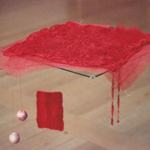 """Nadeschda, """"Feine rote Decke für kleinen schwarzen Kater"""" (2009/2010),  Freie Handstickerei mit Seide auf Seide; teilweise handgefärbt"""